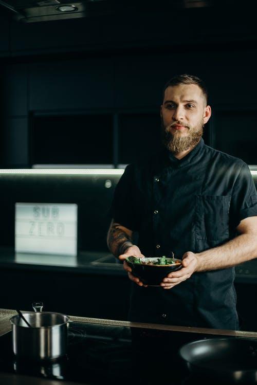 Chef con un plato de comida en las manos